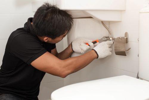 Plombier Auriol - Un plombier installe un lavabo