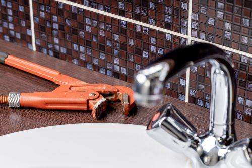 Plombier Belcodène - Un outil est posé près d'un lavabo