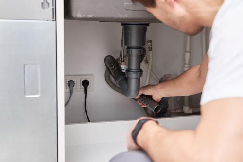 Plombier Ceyreste - Un plombier répare remonte un siphon
