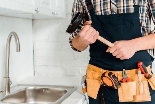Plombier Châteauneuf-le-Rouge - Un plombier s'apprête à déboucher un évier avec une ventouse