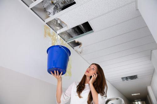 Plombier Cuges-les-Pins - Une femme appelle un plombier une fuite d'eau au plafond