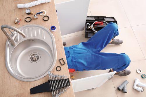 Plombier Cuges-les-Pins - Un plombier intervient sous un évier