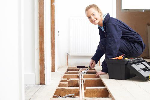 Plombier Emmerin - Un plombier installe un plancher chauffant