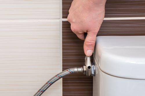 Plombier Emmerin - Un plombier installe un WC