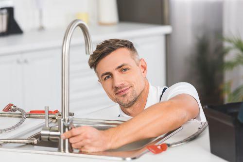 Plombier Faches-Thumesnil - Un plombier installe un évier de cuisine