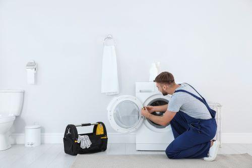 Plombier Faches-Thumesnil - Un plombier répare une machine à laver