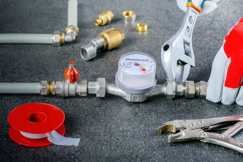 Plombier Gardanne - Un plombier installe un compteur d'eau