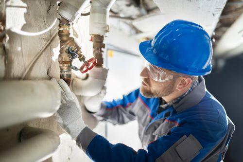 Plombier Irigny - Un chauffagiste intervient sur un circuit de chauffage.
