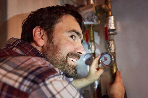 Plombier La Destrousse - Un plombier installe un compteur d'eau