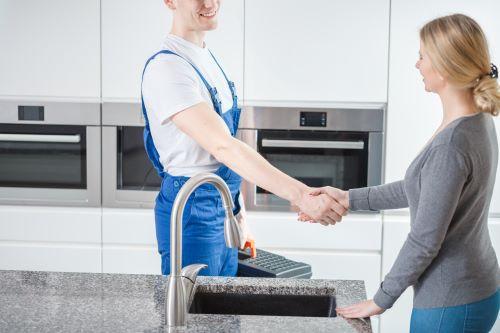 Plombier Lambersart - Un plombier et une cliente se serrent la main