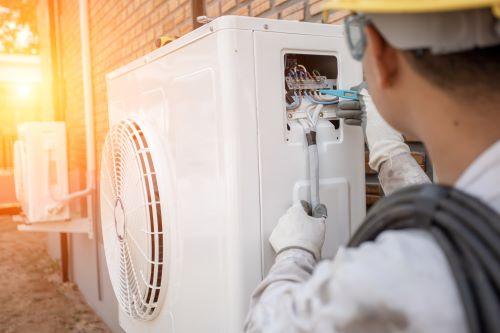 Plombier Lyon - Un plombier répare un système de chauffage