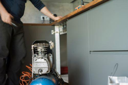Plombier Lyon 6 - Un plombier va déboucher un évier