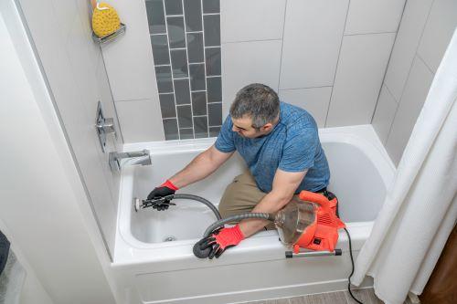 Plombier Lyon 9 - Un plombier installe un nouveau tuyau de douche