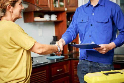Plombier Marignane - un plombier et une cliente se serrent la main