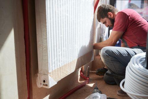 Plombier Marseille - Un plombier installe un chauffage