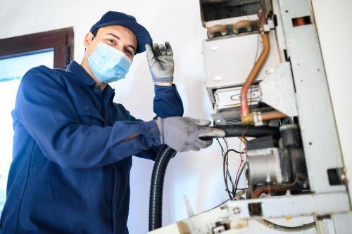 Plombier Marseille - Un plombier répare une chaudière