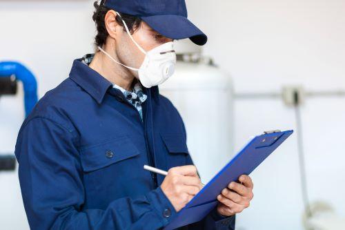 Plombier Marseille - Un plombier effectue un diagnostic