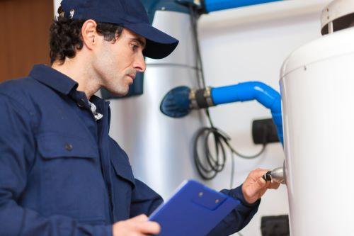 Plombier Marseille - Un plombier répare un chaudière