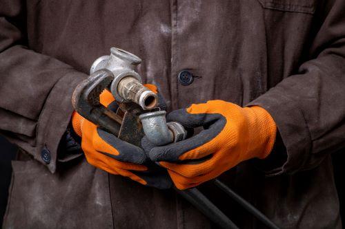 Plombier Marseille - Un plombier répare de la tuyauterie