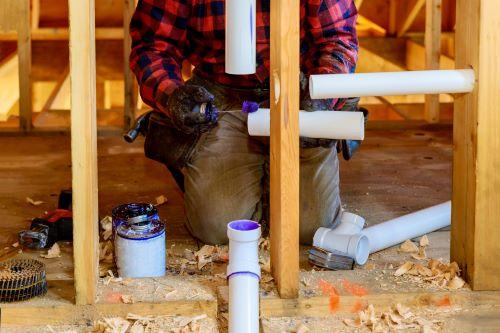 Plombier Meyreuil - Un plombier installe des conduits d'eau