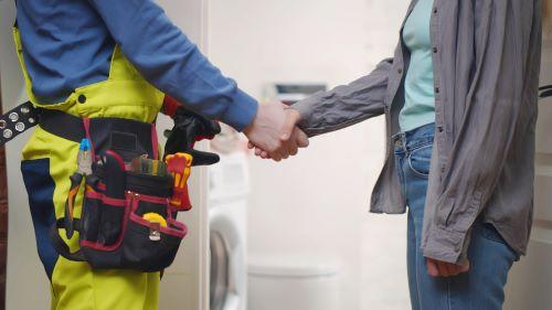 Plombier Paris 10 - Un plombier et une cliente se serrent la main