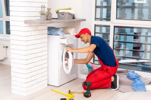 Plombier Paris 12 - Un plombier installe une machine à laver