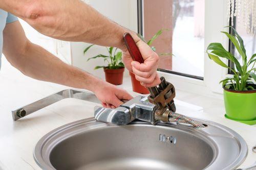 Plombier Paris 13 - Un plombier répare un robinet