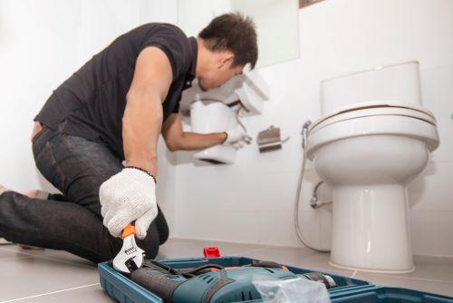 Plombier Paris 15 - Un plombier intervient pour un débouchage dans une salle de bain