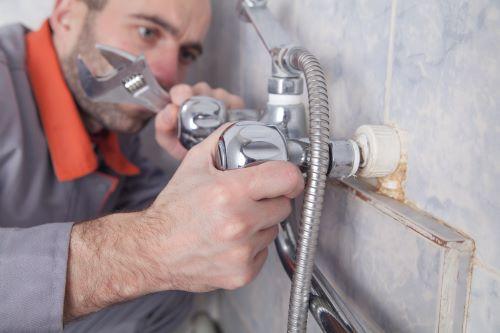 Plombier Paris 17 - Un plombier désinstalle un robinet