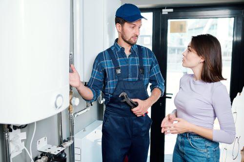 Plombier Paris 17 - Un plombier donne des explications à une cliente