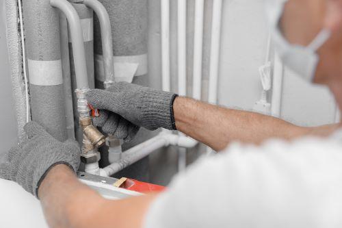 Plombier Paris 17 - Un plombier répare la tuyauterie