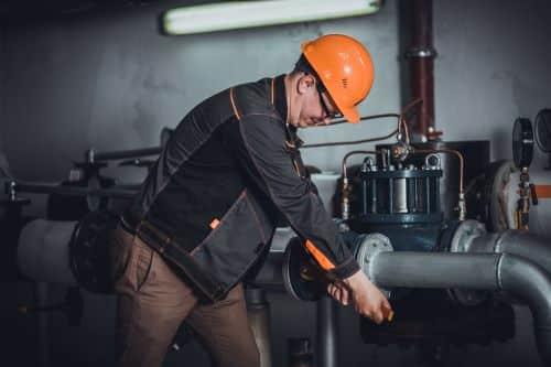 Plombier Paris 3 - Un plombier effectue un dépannage dans une chaufferie