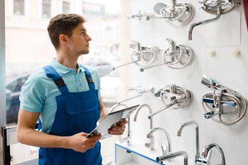 Plombier Paris 4 - Un plombier choisi des robinets en magasin