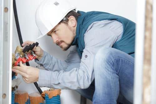 Plombier Paris 9 - Un plombier répare la tuyauterie
