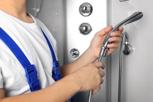 Plombier Rillieux-la-Pape - Un plombier installe un nouveau robinet de douche