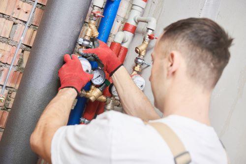 Plombier Rogac - Un plombier installe un compteur d'eau