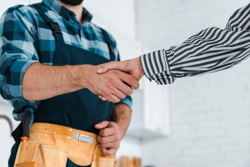 Plombier Sequedin - Un plombier et un client se serrent la main