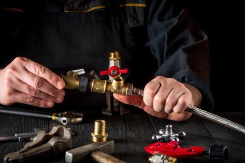 Plombier Tassin-la-Demi-Lune - Un plombier monte un tuyau