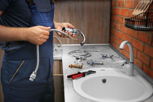 Plombier Tassin-la-Demi-Lune - Un plombier installe des robinets dans une salle de bain