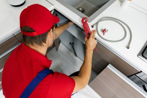 Plombier Toufflers - Un plombier répare un évier.