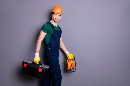 Plombier Vendeville - Un plombier tient ses outils dans les mains