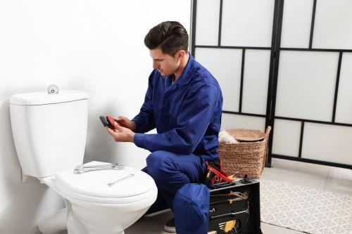 Plombier Wambrechies - Un plombier installe un WC