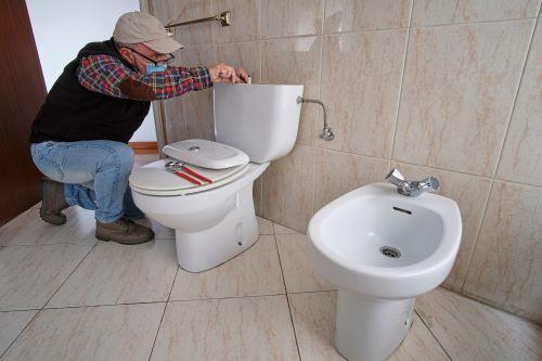 Plombier Wattignies - un plombier installe des nouveaux WC