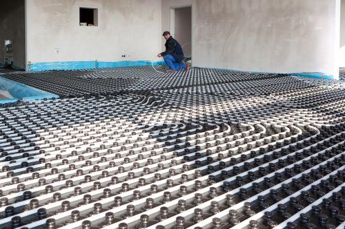 chauffagiste Champigny-sur-Marne - un plombier chauffagiste installe un plancher chauffant