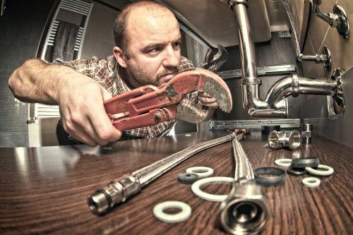 plombier Bouc-Bel-Air - un homme répare un évier