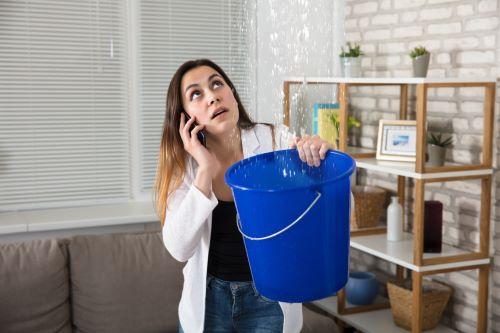 plombier Gémenos - une femme constate une fuite d'eau