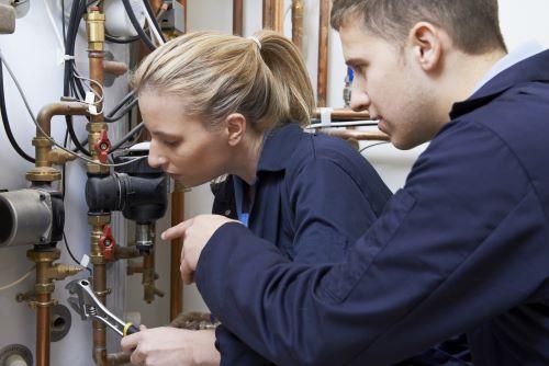 plombier Marseille 13009 - deux plombiers chauffagistes interviennent sur un circuit de chauffage