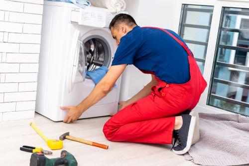 plombier Marseille 13007 - un plombier installe un lave-linge
