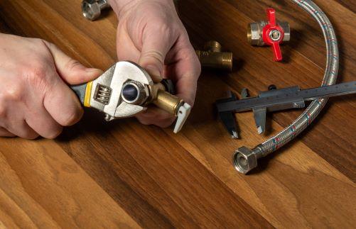 plombier Paris 6 - un artisan assemble un circuit de plomberie