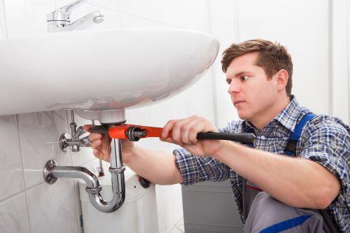 plombier Roquefort-la-Bédoule - un artisan débouche un robinet